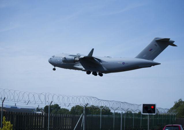 Avião decolando da Base da Força Aérea de Brize Norton