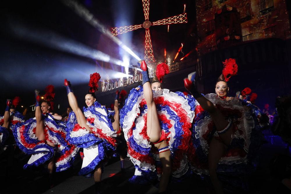 Dançarinas do Moulin Rouge na celebração do 130º aniversário do cabaré mais antigo da França