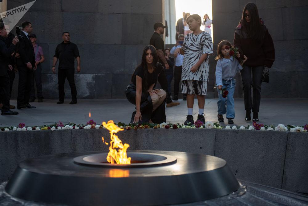 Modelo norte-americana Kim Kardashian coloca flores no monumento da Chama Eterna em memória do genocídio de armênios em 1915, em Erevan