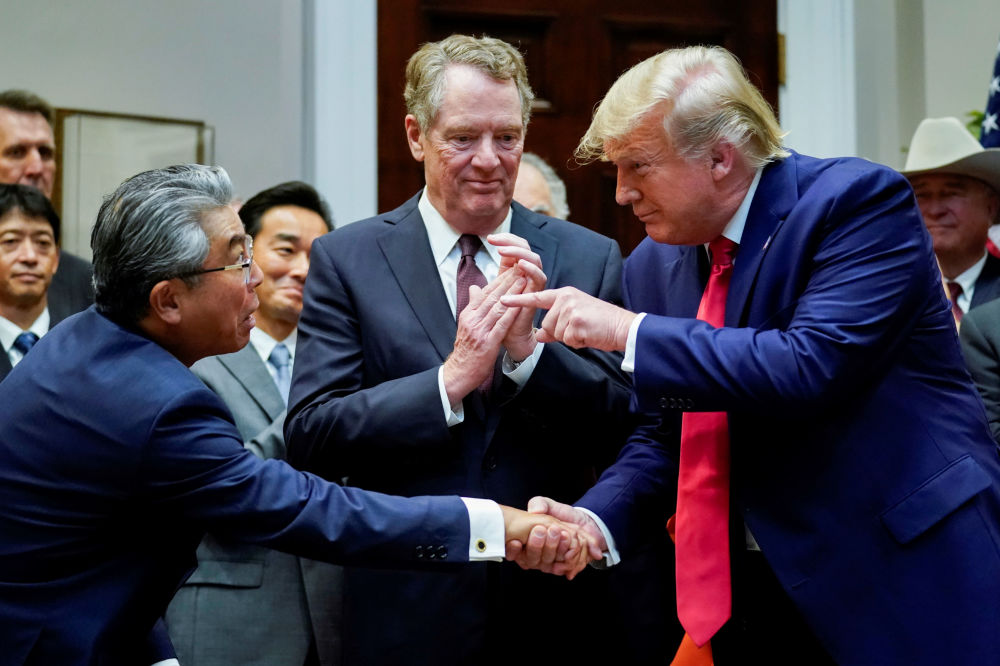 Presidente dos EUA, Donald Trump, apertando a mão do embaixador do Japão nos EUA, Shinsuke Sugiyama, em frente ao representante do Comércio dos EUA, Robert Lighthizer, na Casa Branca