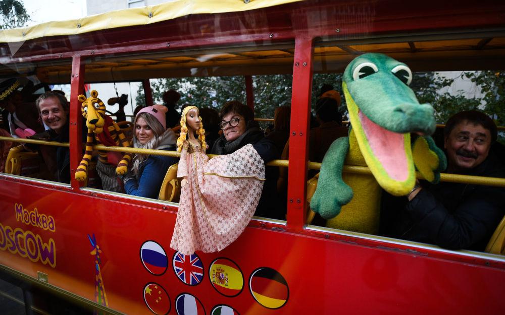Desfile de bonecas na abertura do 10º Festival Internacional de Teatros de Bonecos, onde representantes do Brasil, Índia, China e África do Sul vão mostrar seus espetáculos