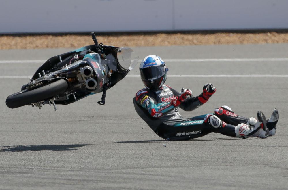Motociclista britânico John McPhee, da equipe Petronas Sprinta Racing, após queda em corrida de moto na Tailândia