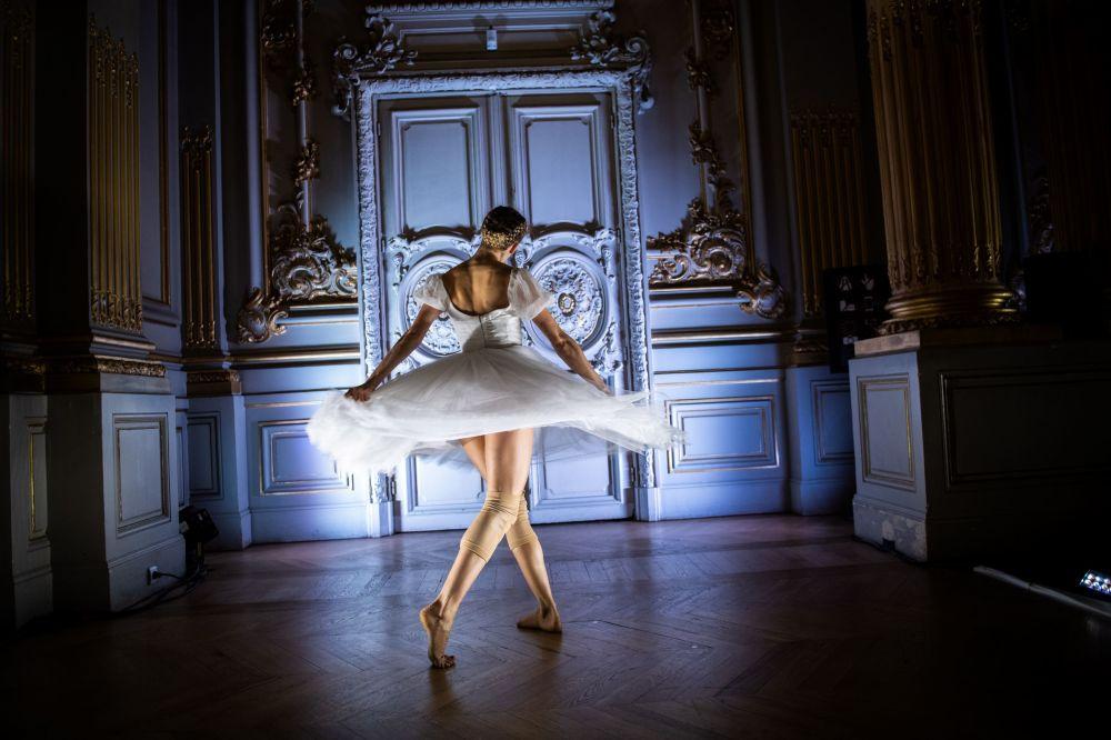 Bailarina da Ópera Nacional de Paris durante o show Degas Dance (Dança de Degas) no Museu de Orsay