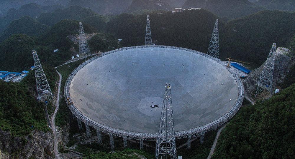 Maior radiotelescópio esférico do mundo em Guizhou, China