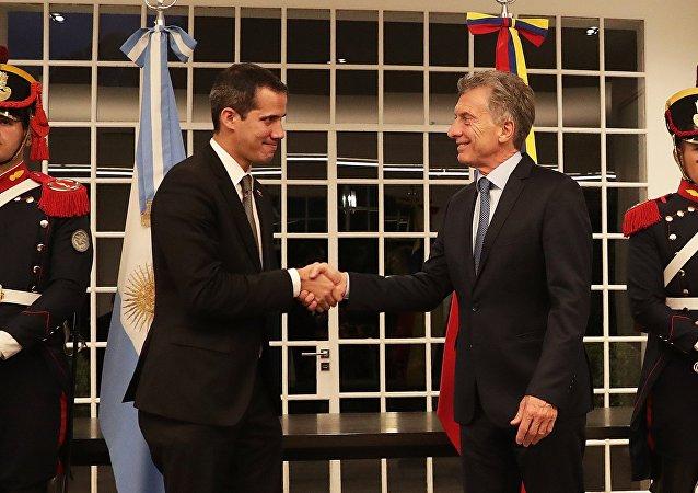 Líder oposito venezuelano Juan Guaidó (à esquerda) com o presidente argentino Mauricio Macri (à direita)