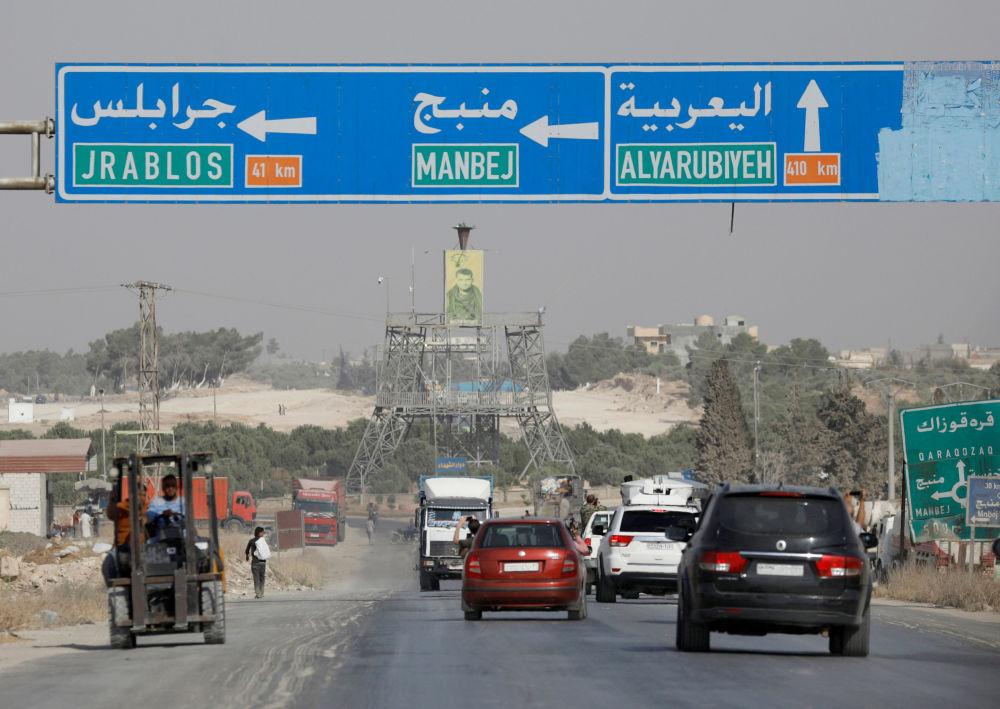 Carros trafegam na estrada que leva a Manbij, na Síria, em 15 de outubro de 2019