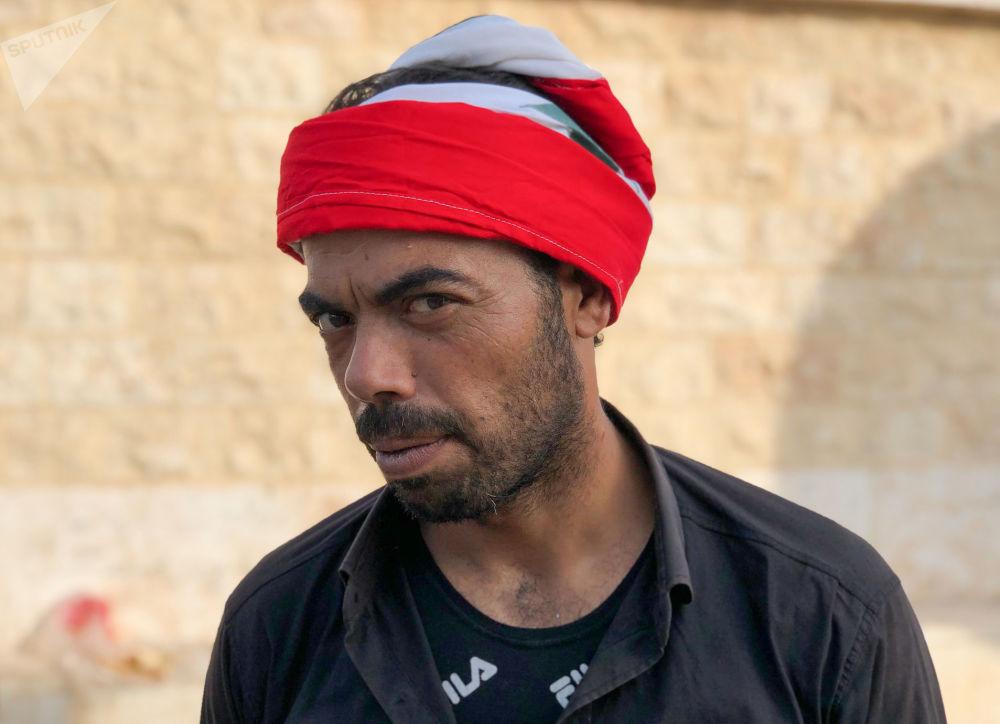 Morador da cidade síria de Manbij, que recebeu reforços do Exército sírio para proteção de possíveis ações da Turquia