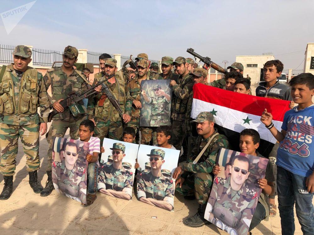 Moradores da cidade de Manbij recebem soldados do Exército sírio, mobilizados para proteger a cidade em caso de ofensiva turca