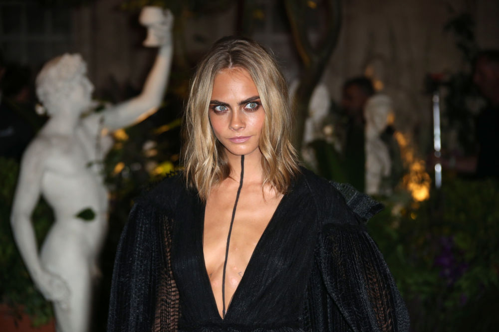 Modelo Cara Delevigne posando para fotos durante o evento de moda Primavera/Verão 2017