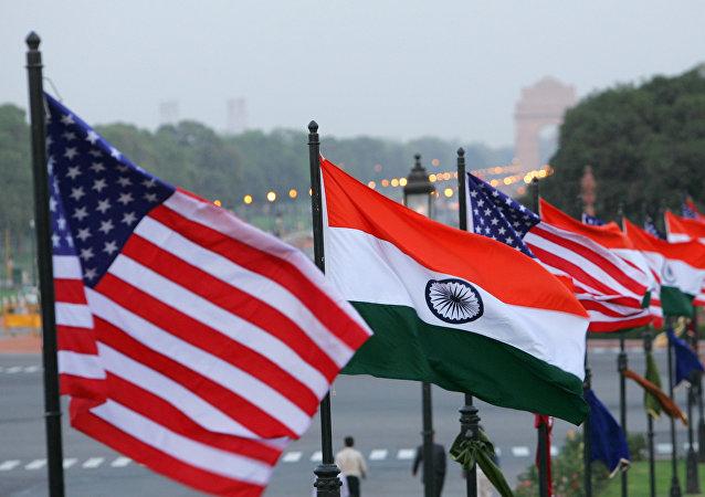 Bandeiras americanas e indianas