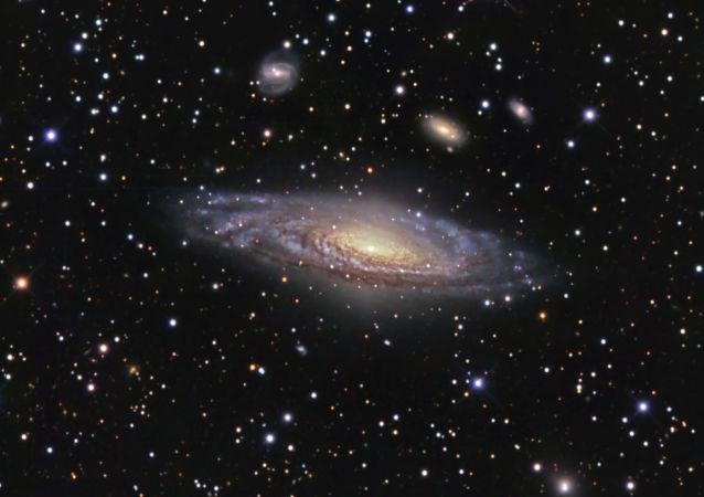 A galáxia espiral NGC 7331 e seus arredores