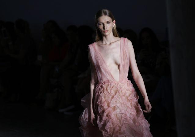 Modelo exibe a criação da estilista Fabiana Milazzo durante a semana de moda de São Paulo