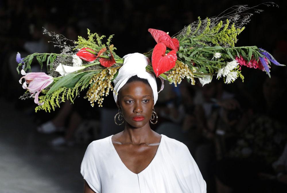 Modelo exibe uma criação exuberante da estilista Ângela Brito em São Paulo