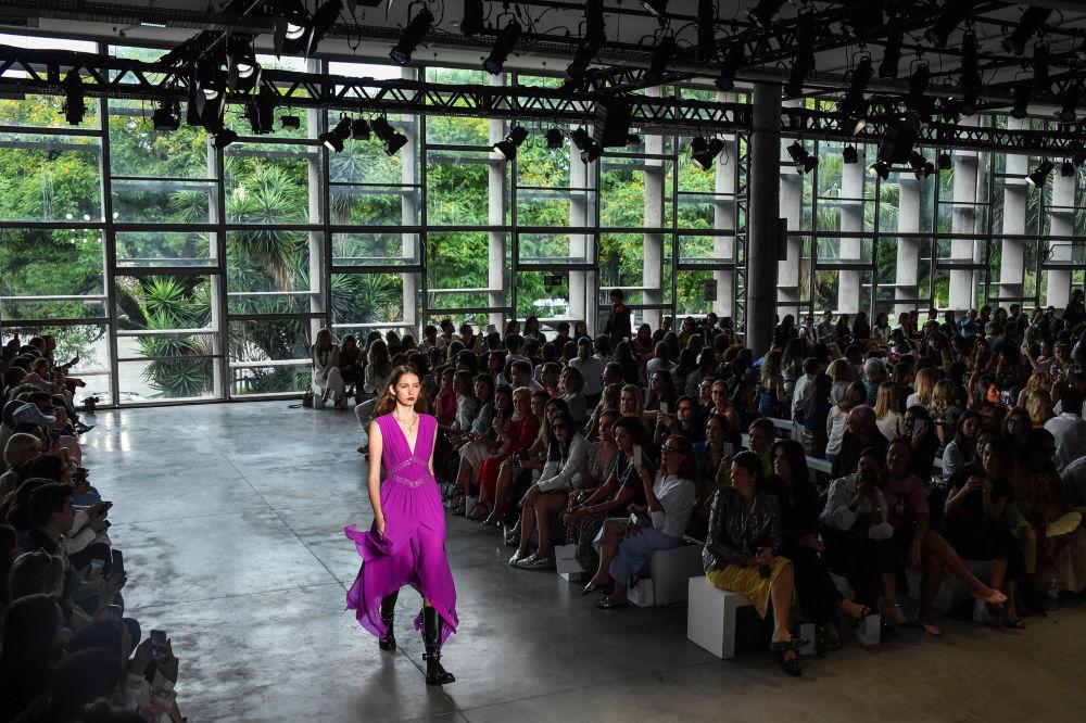 Modelo exibe vestido criado pelo estilista Reinaldo Lourenço durante a semana de moda de São Paulo