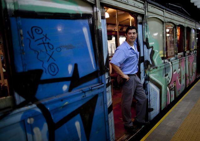 Vagões de madeira históricos ainda em funcionamento no metrô de Buenos Aires, Argentina.