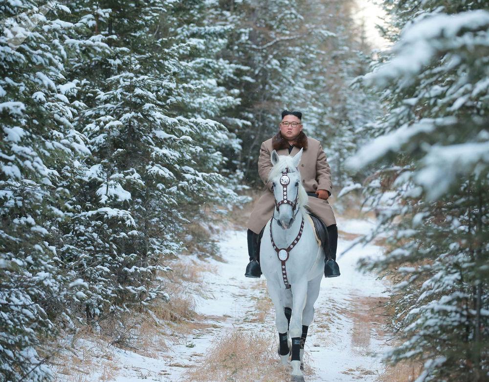 Líder norte-coreano Kim Jong-un montando a cavalo no monte Paektu em meio a uma paisagem nevada