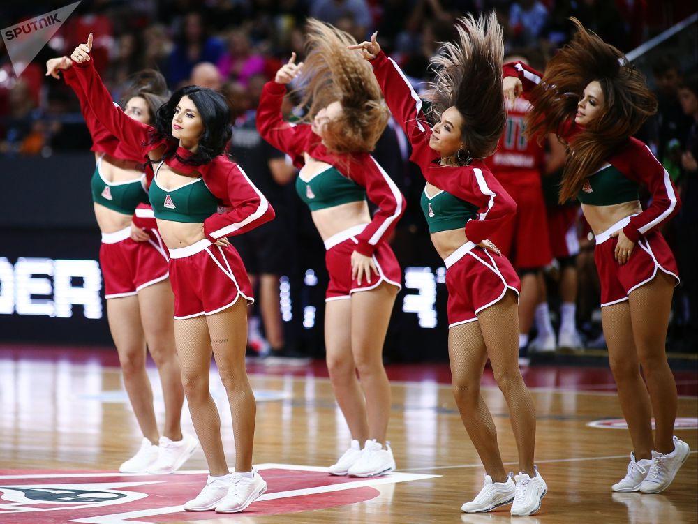 Animadoras de torcida do clube de basquete russo Lokomotiv-Kuban se apresentam durante um jogo de basquetebol da Taça da Europa