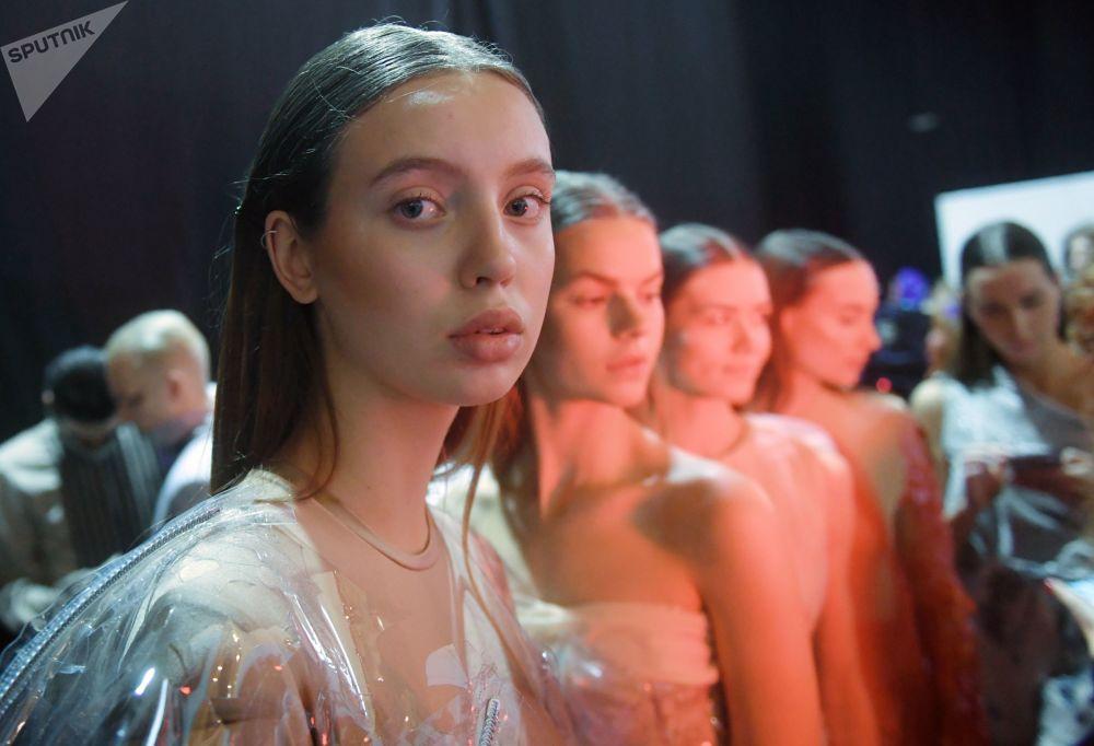 Modelo no camarim antes do desfile de moda durante o evento Mercedes-Benz Fashion Week Russia, em Moscou