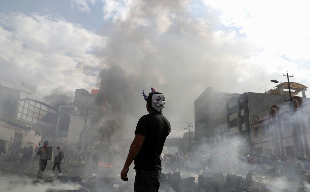 Manifestante com máscara do Anonymous durante ação de protesto no Equador