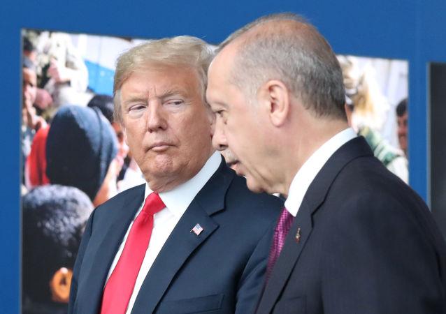 Presidente dos EUA, Donald Trump, concede entrevista ao lado de seu homólogo turco, Recep Tayyip Erdogan, em conferência da OTAN