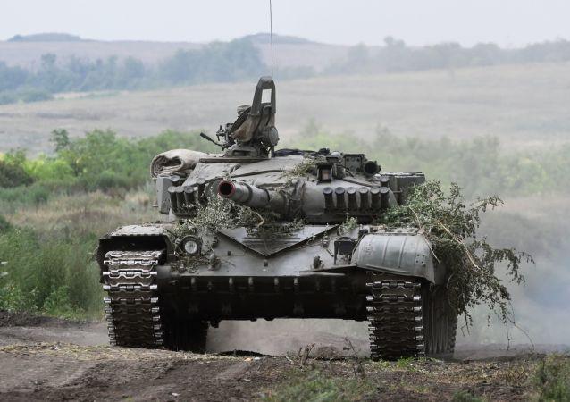 Tanque T-72B3 durante exercício tático