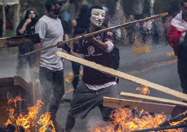 Manifestante com máscara durante protesto em Santiago, no Chile. Foto de outubro de 2019.