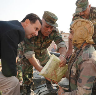 Presidente Assad conversa com tanquista do Exército sírio durante visita à cidade de Hubeit, na província de Idlib