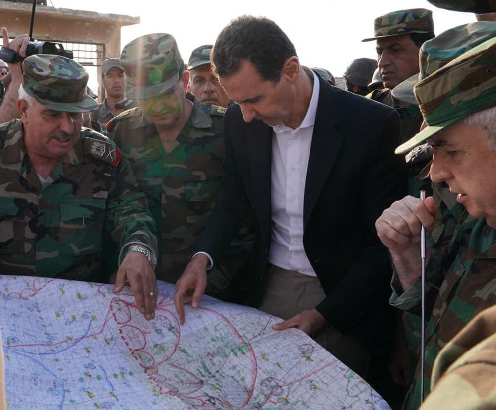 Assad e seus oficiais diante de um mapa militar em Hubeit