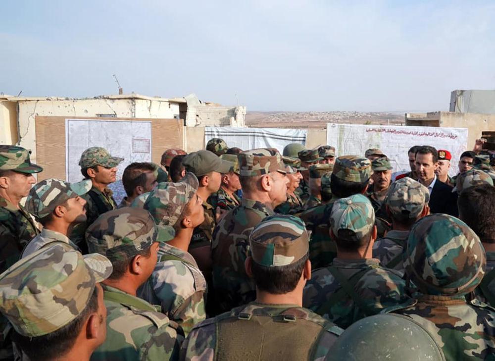 Presidente sírio rodeado por militares de seu exército na cidade de Hubeit em Idlib