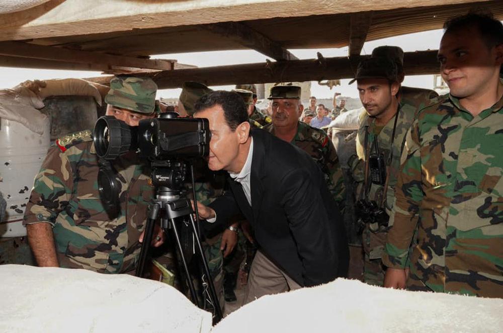 Assad observa frente militar de Hubeit de binóculos