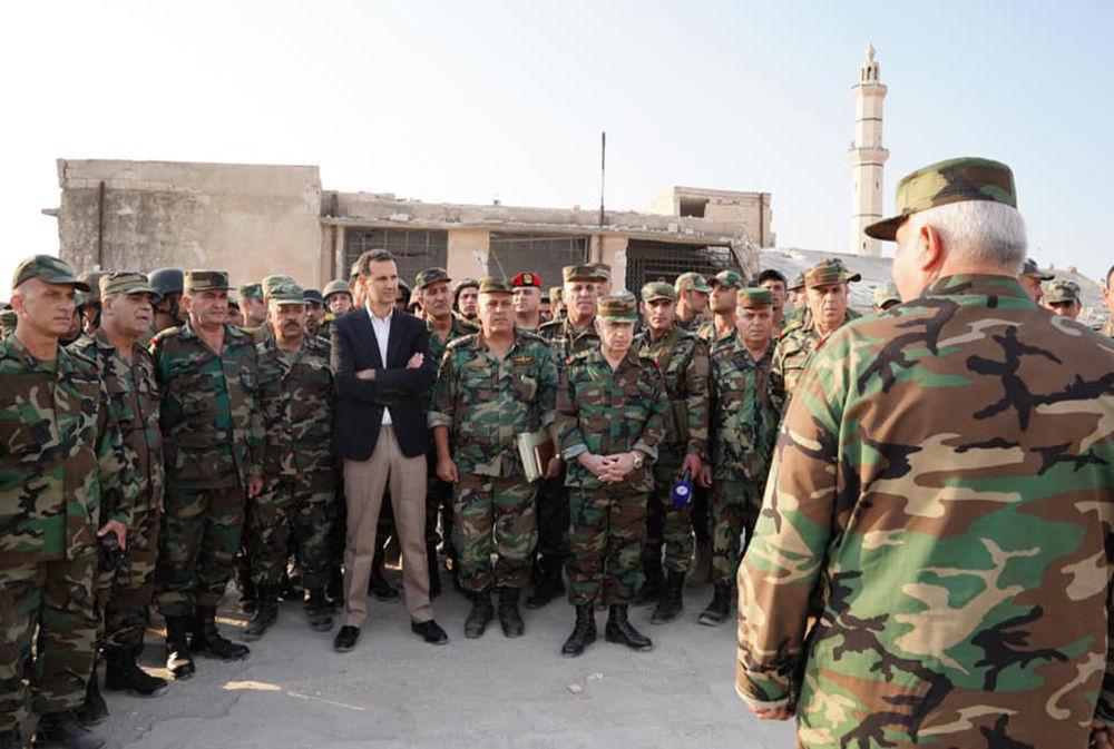 Militares sírios junto com o presidente do país, Bashar Assad, em Hubeit