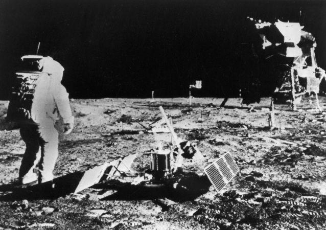 Astronauta da nave espacial americana Apollo 11 na superfície da Lua (imagem de arquivo)