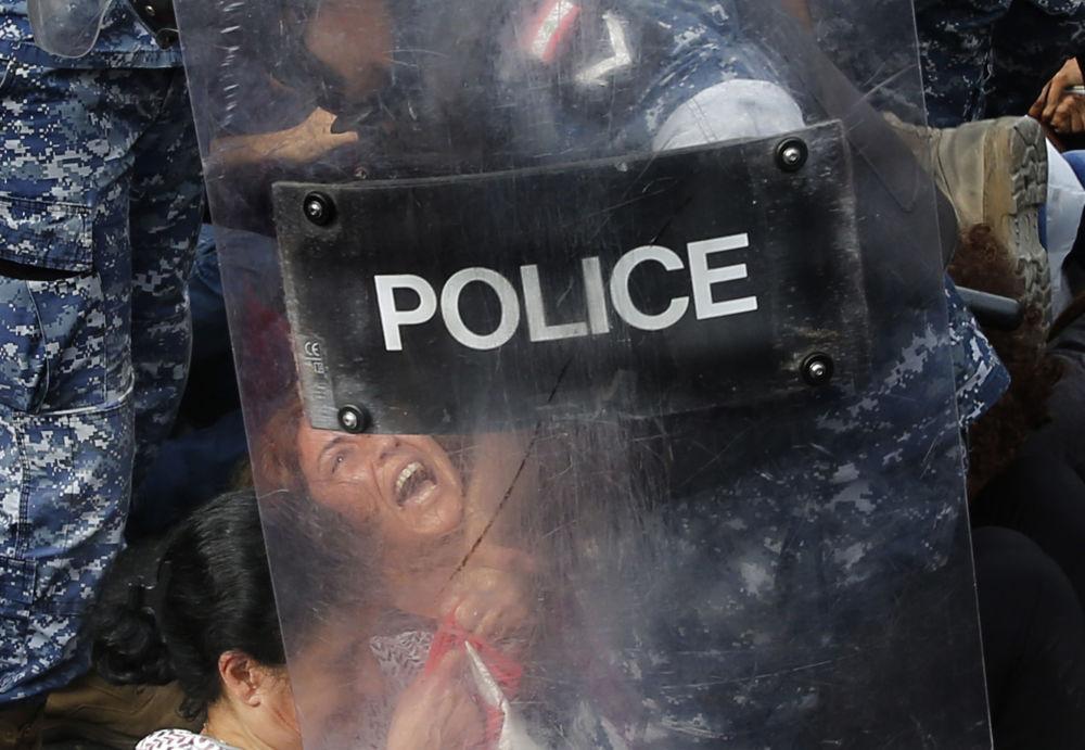 Manifestantes que bloquearam uma rodovia em Beirute, Líbano, são retirados à força pela Polícia durante um ato contra o governo