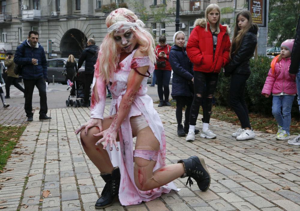 Mulher fantasiada de zumbi durante a Marcha Zumbi, dias antes do Halloween em Kiev, Ucrânia. Foto tirada em 26 de outubro