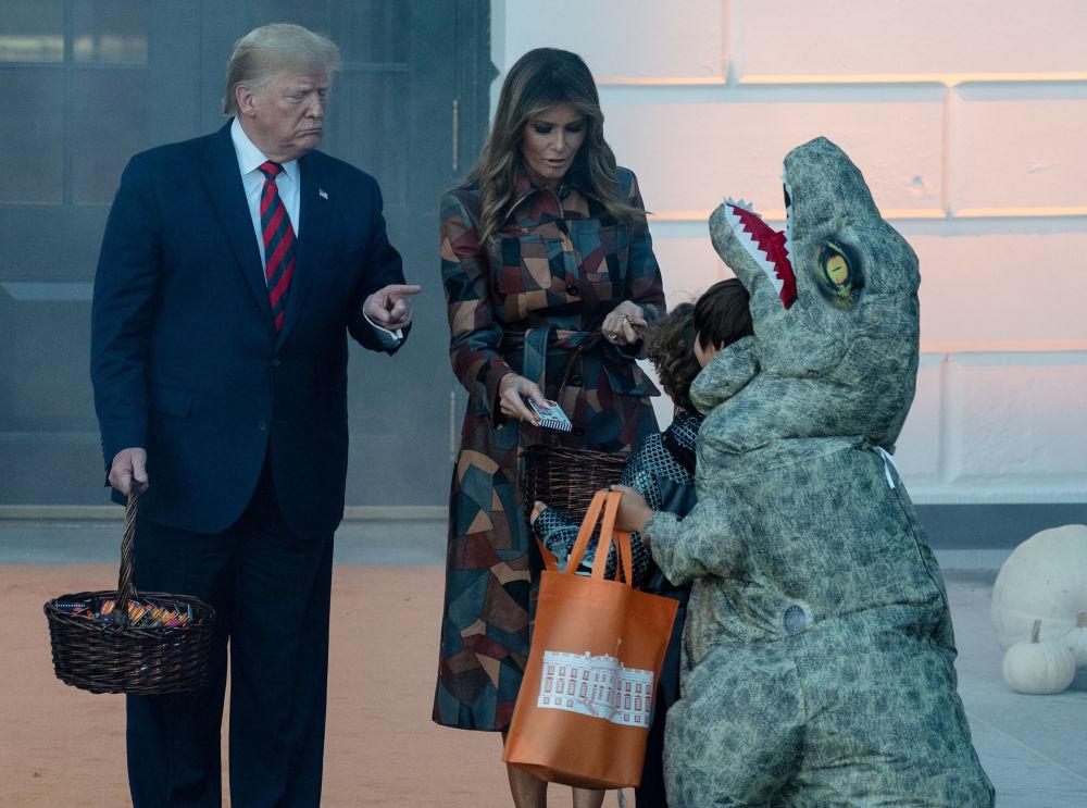 Donald e Melania Trump oferecem doces para crianças durante o Halloween, na Casa Branca. Foto tirada em 28 de outubro