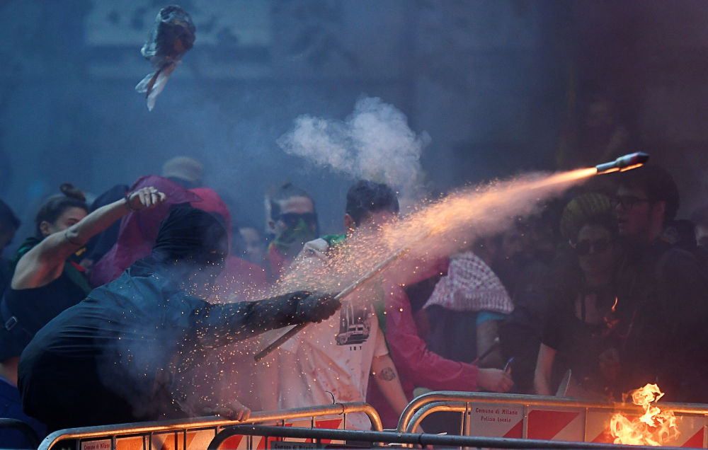Manifestante dispara foguete durante ato a favor dos curdos e contra a presença militar turca no nordeste da Síria, na frente do Consulado da Turquia em Milão, Itália