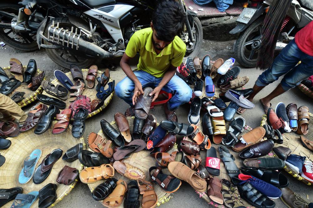 Vendedor ambulante de sapatos em Daca, Bangladesh