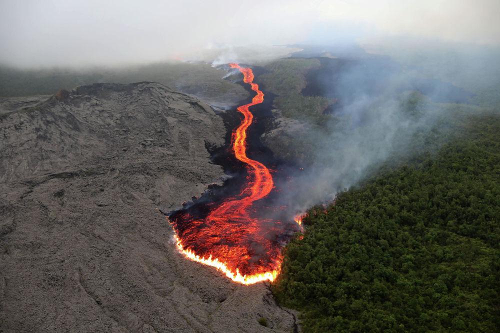Lava do vulcão Piton de la Fournaise escorrendo em direção ao oceano Índico na Ilha da Reunião, território ultramarino da França