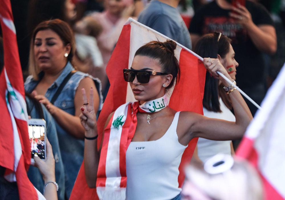 Manifestante libanesa durante ato contra o governo