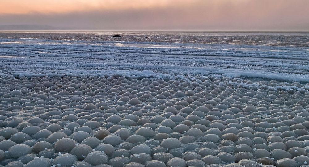 Formações de gelo ovais na praia de Stroomi, Estônia