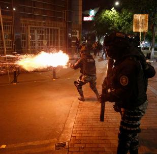 Policiais atiram bombas de gás lacrimogênio durante confronto entre apoiadores do presidente Evo Morales e membros da oposição, que rejeitam o resultado das últimas eleições