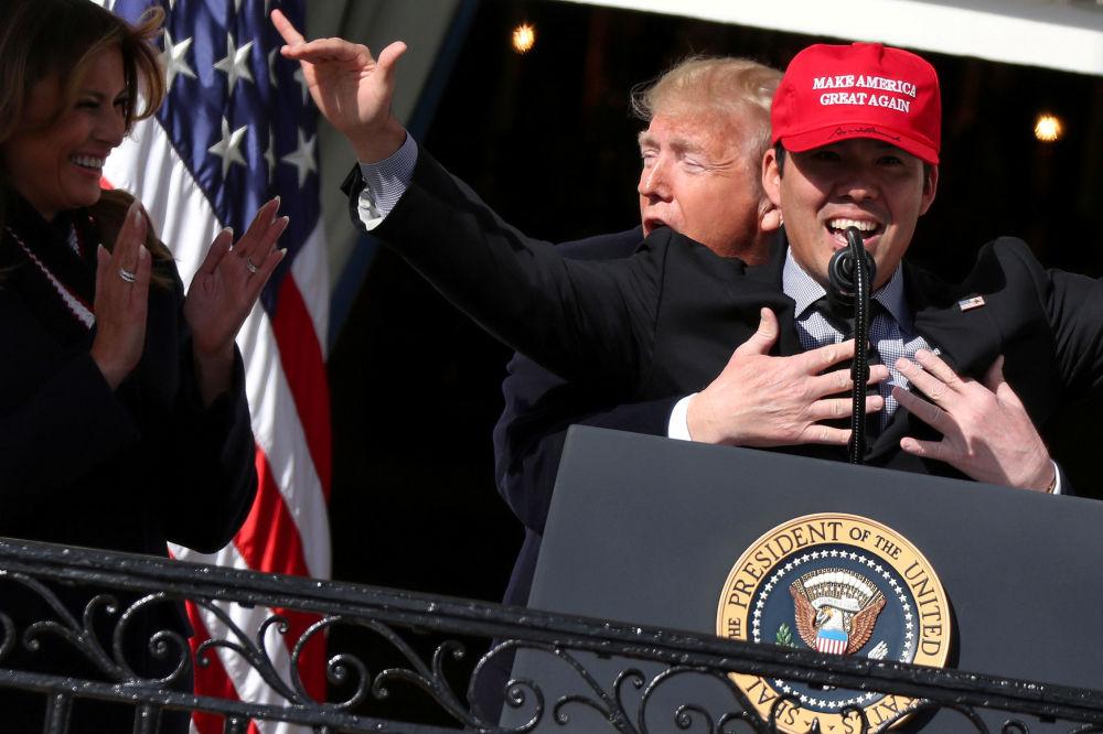 Presidente Trump abraça o jogador de baseball Kurt Suzuki na Casa Branca, na capital americana de Washington