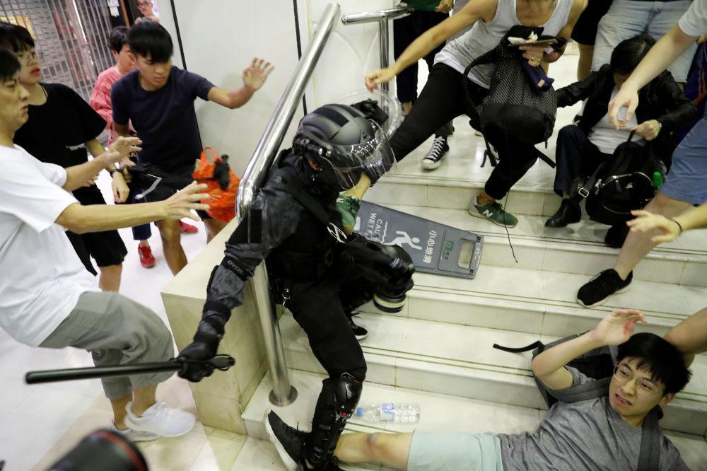 Confronto entre policial e manifestante no shopping Tai Po, em Hong Kong, China