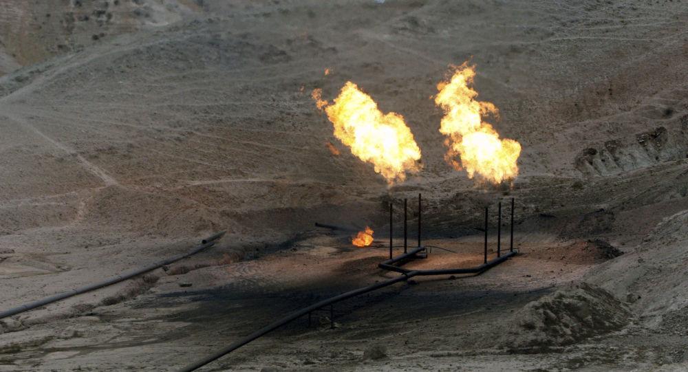 Chamas de gás ardendo no campo petrolífero na província iraniana de Cuzistão