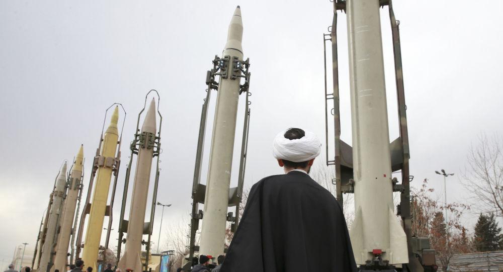 Um clérigo iraniano olha para mísseis superfície-superfície de fabricação nacional em um show militar que assinala o 40º aniversário da Revolução Islâmica, em Teerã, Irã