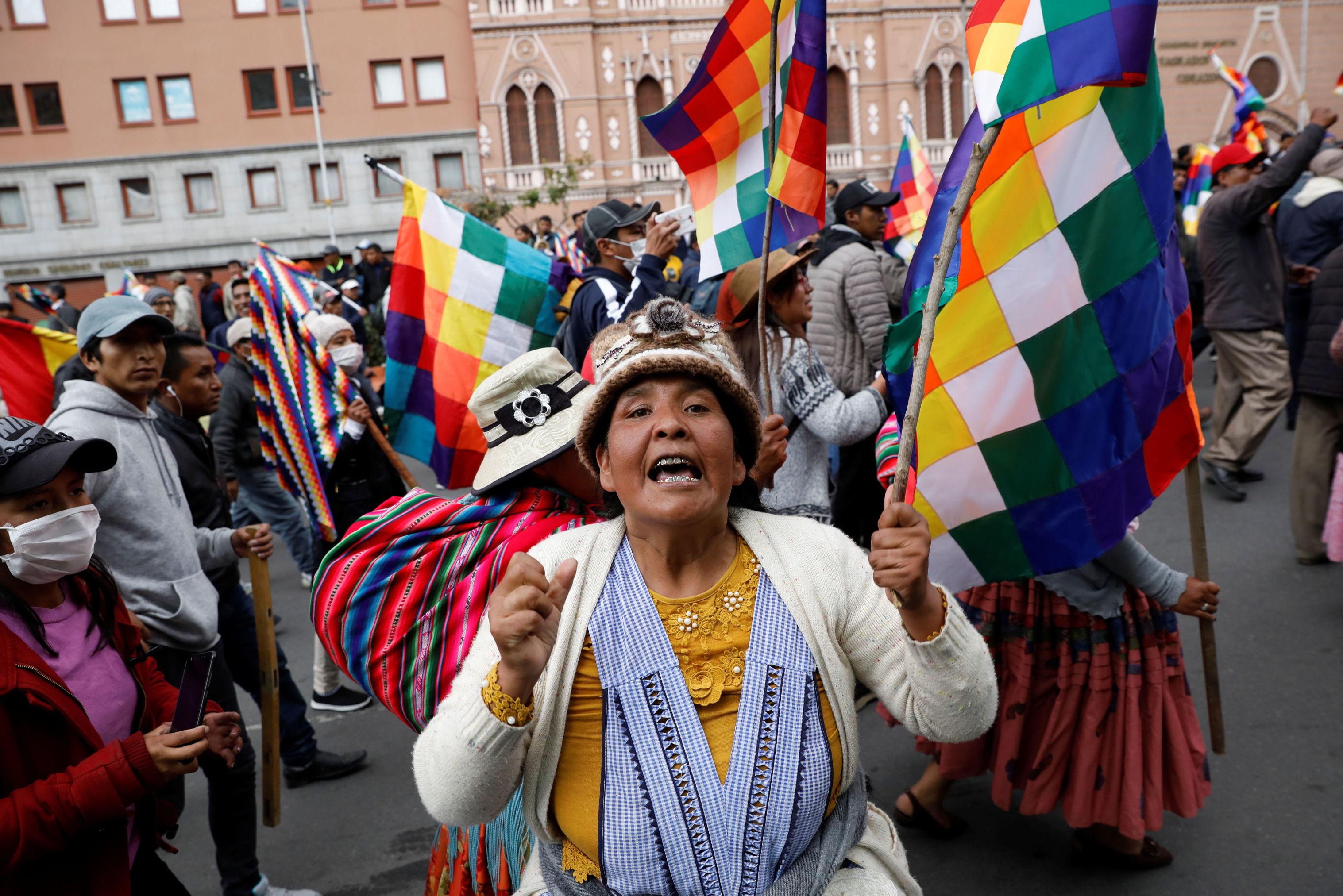 Apoiadores do presidente deposto Evo Morales manifestam nas ruas de La Paz, empunhando a bandeira Wiphala, em 12 de novembro de 2019