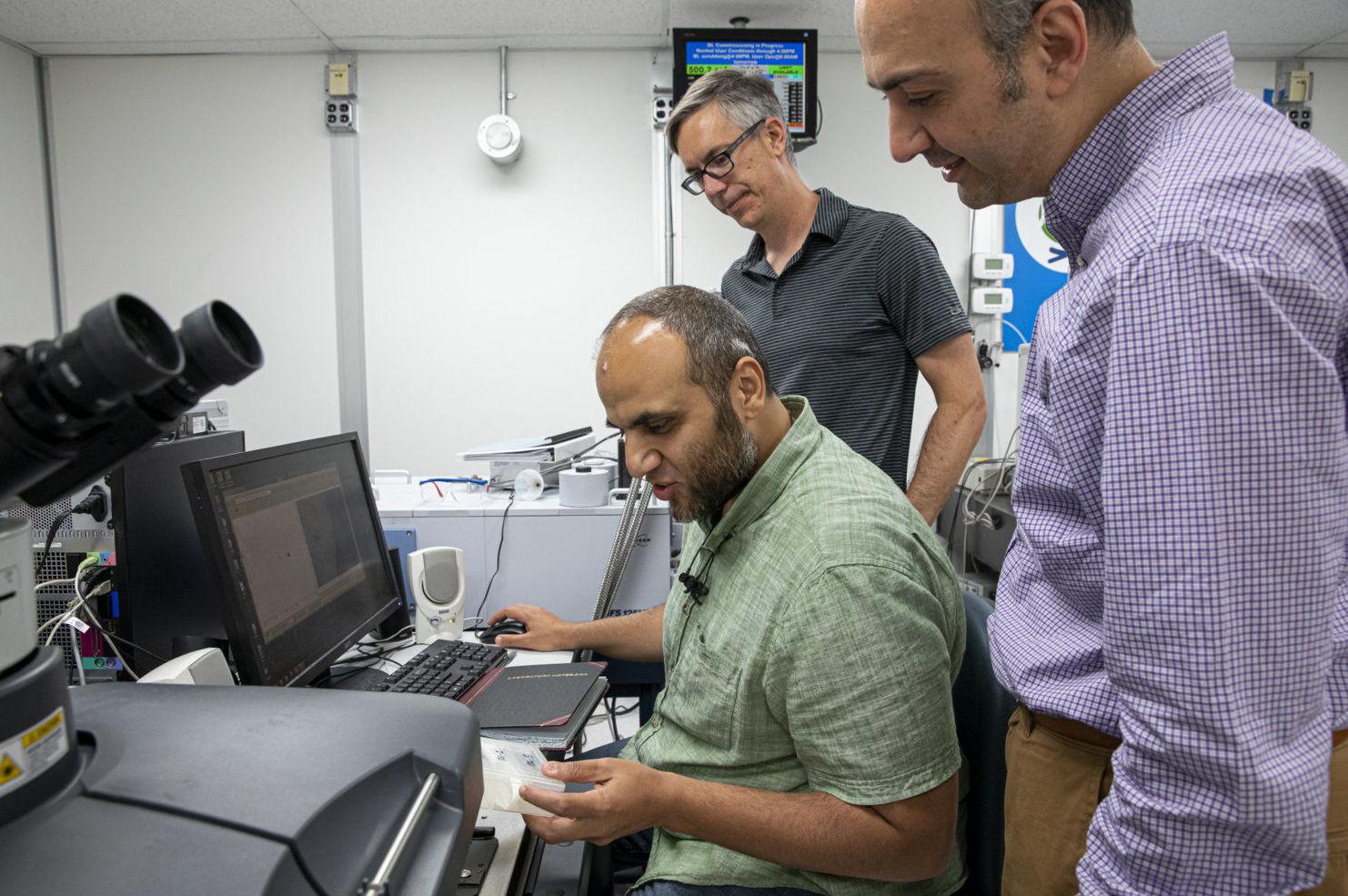 Cientistas analisam amostras de ossos no Laboratório Nacional de Lawrence Berkeley
