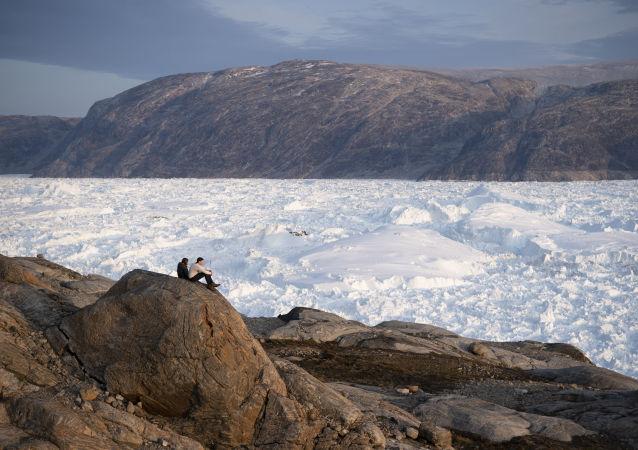 Estudantes observam o degelo na Groenlândia. A ilha é alvo de interesses internacional em função da sua posição estratégica.