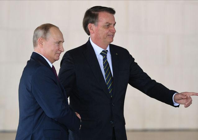 O presidente russo Vladimir Putin e o presidente brasileiro Jair Bolsonaro em Brasília, durante cúpula do BRICS.