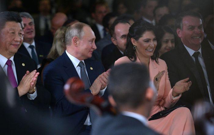 Presidente chinês Xi Jinping, presidente russo Vladimir Putin e presidente Jair Balsonaro, com sua esposa Michelle, durante um concerto para os líderes dos BRICS no Palácio Itamaraty, em Brasília, 13 de novembro de 2019